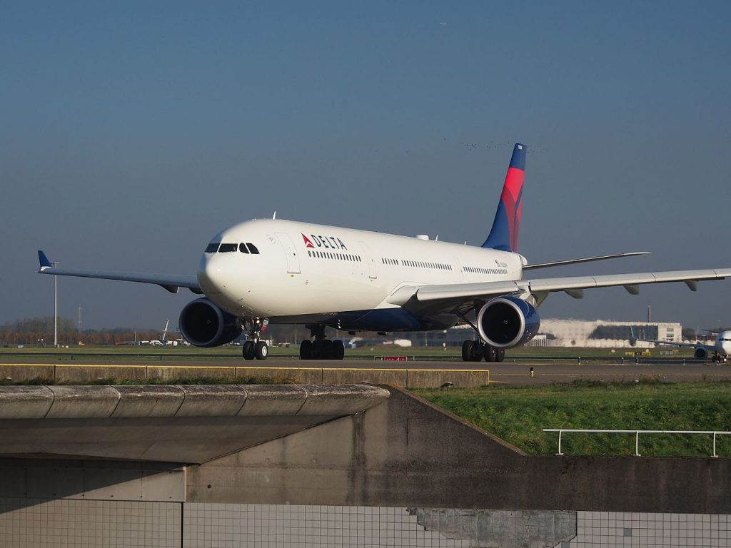 N828NW (aircraft) Delta Air Lines Airbus A330-302 at Schiphol taxiing towards 36L
