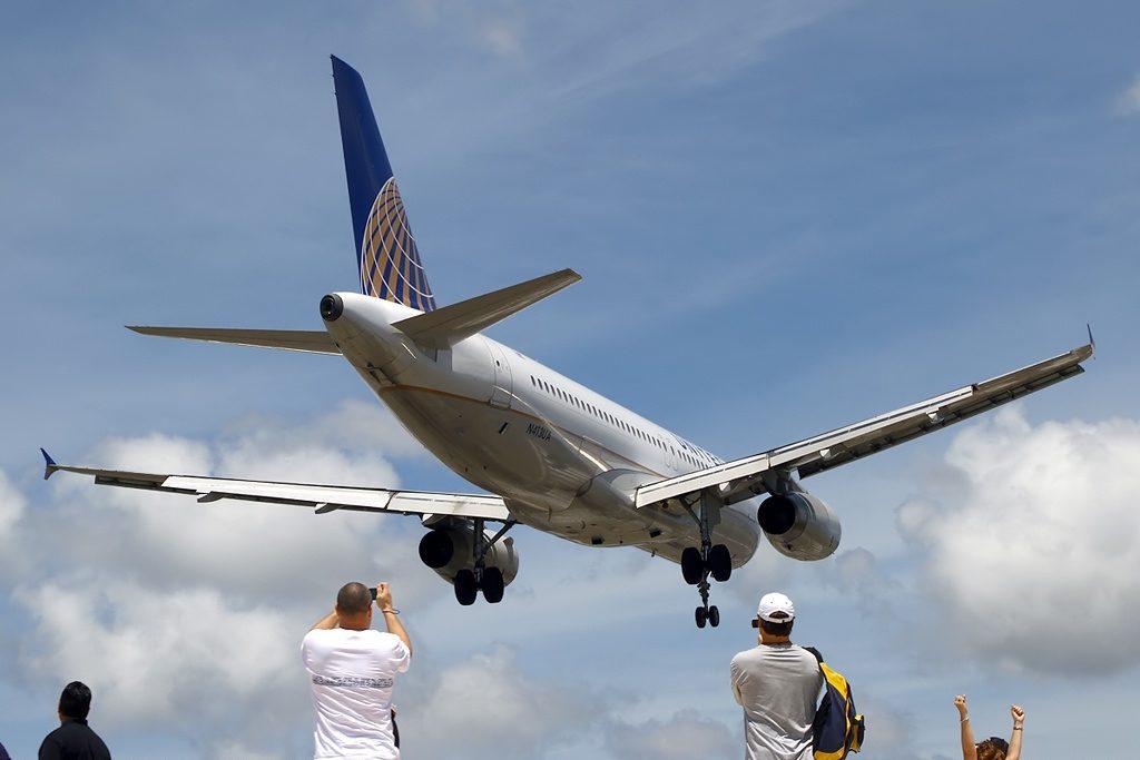 Airbus A320-232 United Airlines Aircraft Fleet N413UA final approach at Philipsburg : St. Maarten - Princess Juliana (SXM : TNCM), St. Maarten