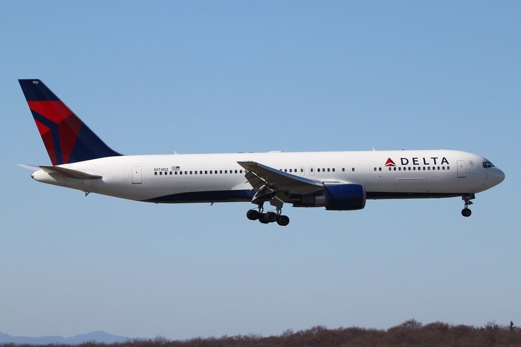 Boeing 767-332(ER) Delta Air Lines N174DZ Final Approach at HHN Frankfurt–Hahn Airport Germany