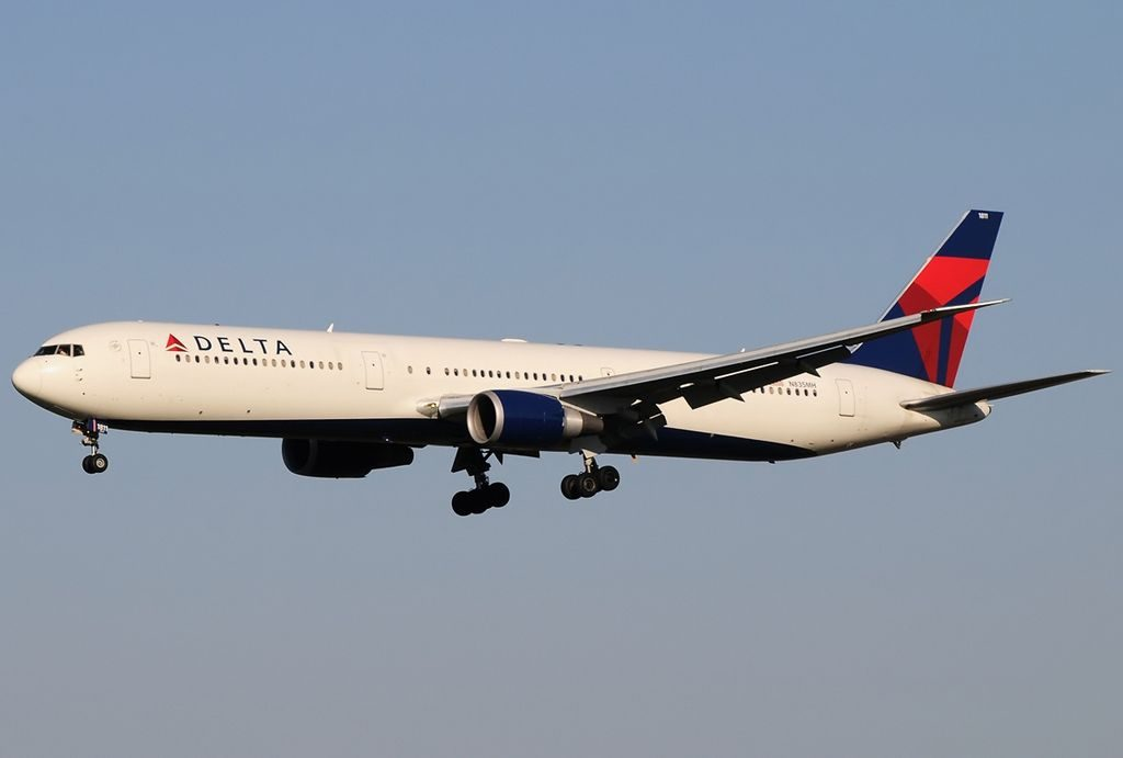 Delta Air Lines Aircraft Fleet N835MH Boeing 767-432(ER) final approach at Leonardo da Vinci–Fiumicino Airport, Rome-Italy