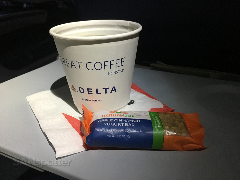 Delta-Air-Lines-Boeing-757-300-Economy-Class-drink-and-snack-carts-service-@SANspotter.jpg