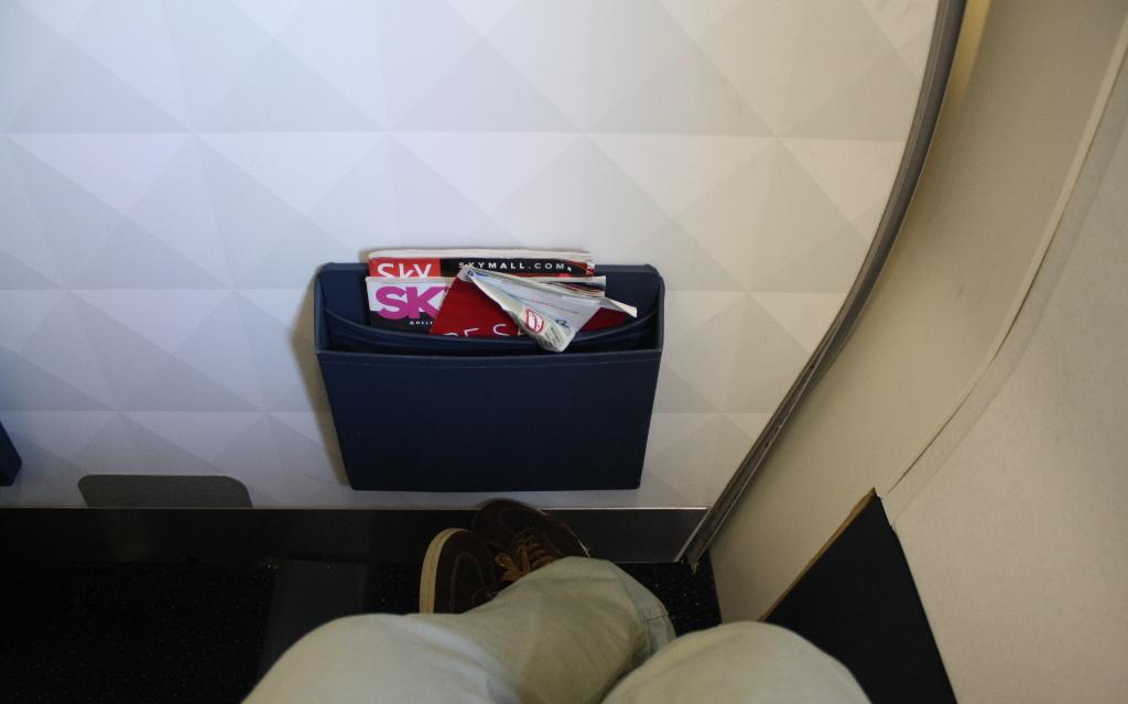 Delta Air Lines Boeing 757-300 first class cabin bulkhead seats pitch legroom photos