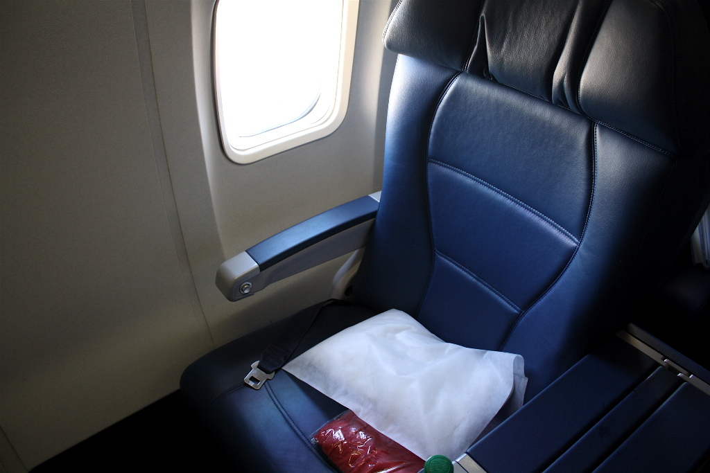 Delta Air Lines Boeing 757-300 first class recliner seats photos