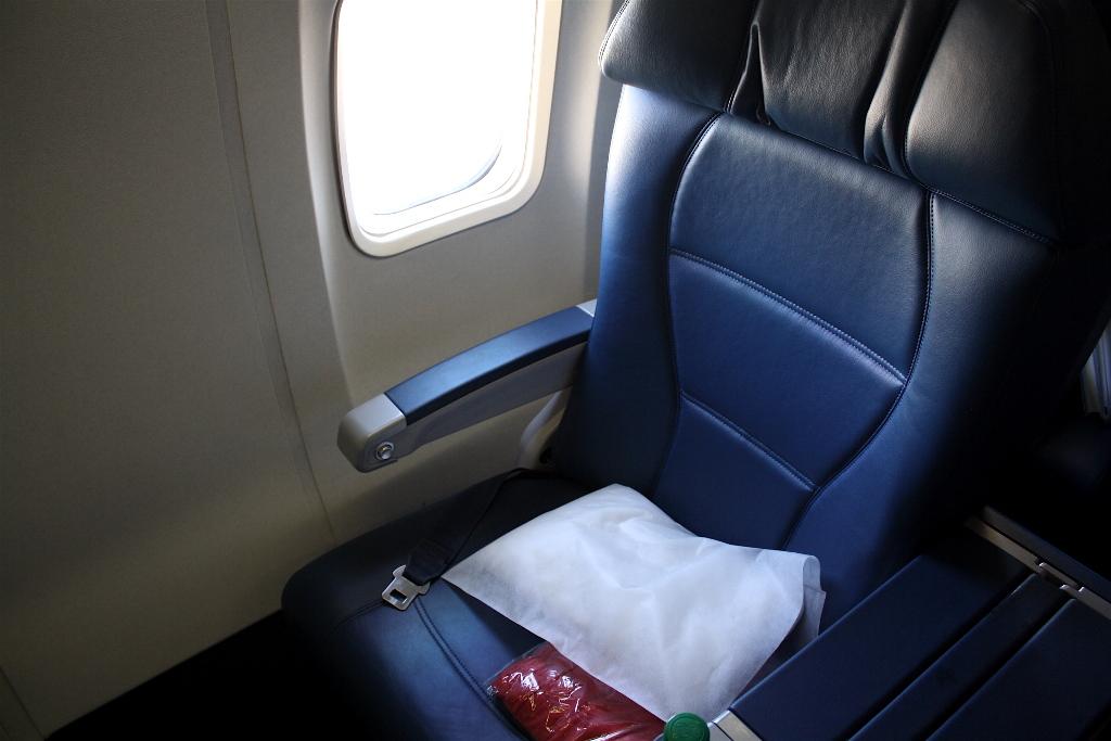 Delta Air Lines Boeing 757-300 first class recliner seats photos