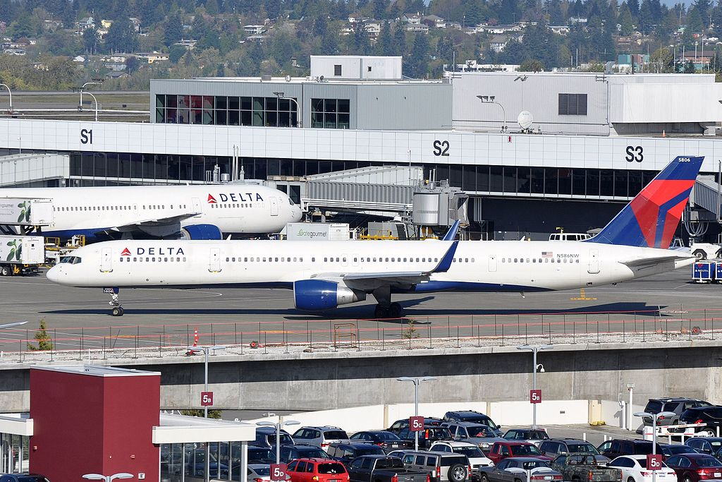 Delta Air Lines, Boeing 757-351, N586NW - Taxiing at SEA Seattle–Tacoma International Airport