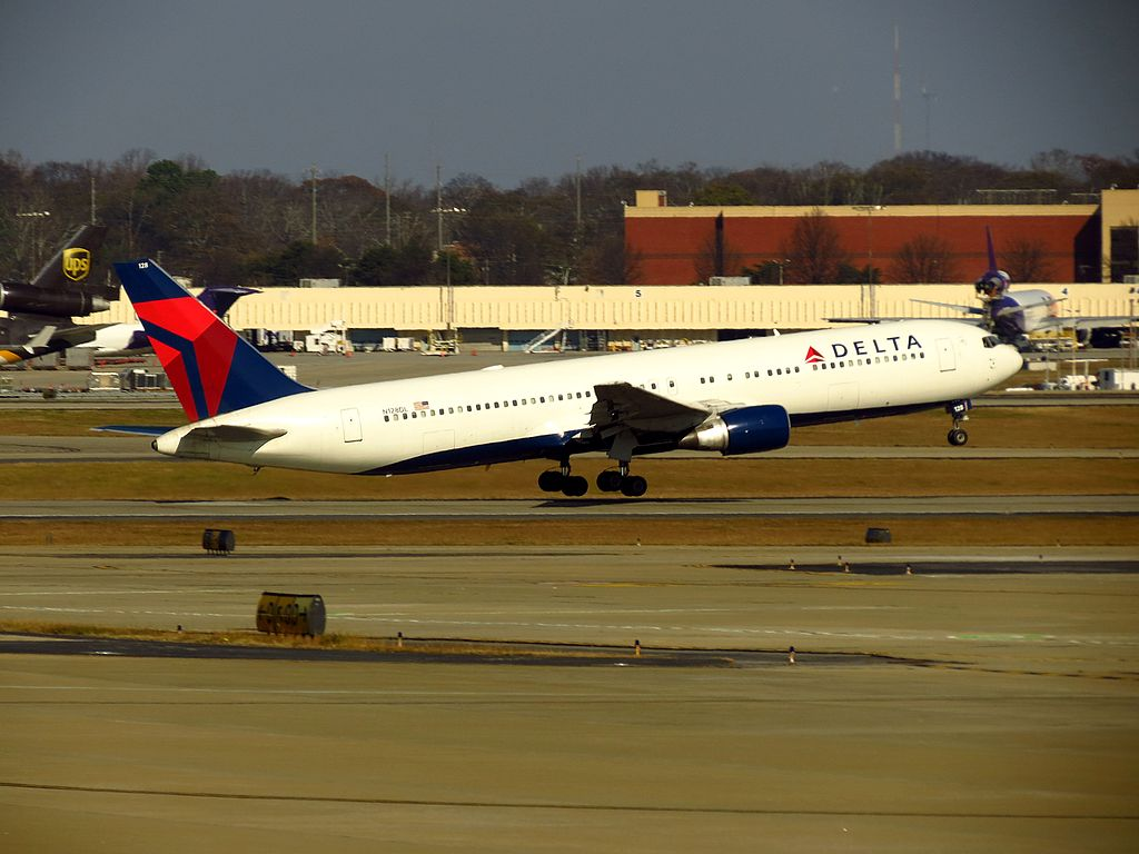 Delta Air Lines Boeing 767-300 N128DL Take off Hartsfield-Jackson Atlanta International Airport