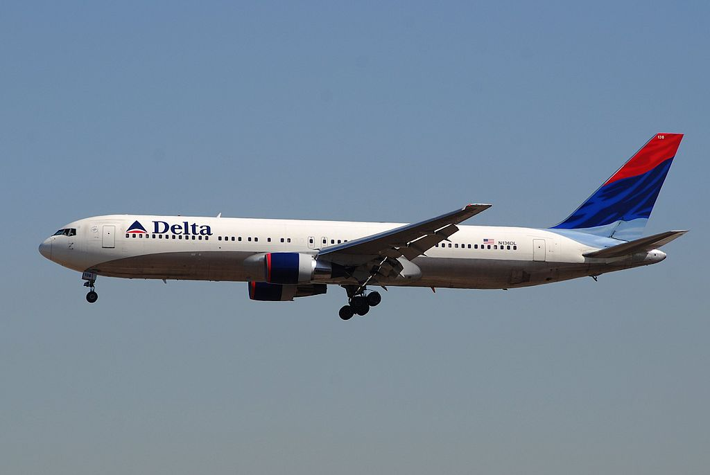 Delta Air Lines Boeing 767-300 N136DL Final Approach before landing @LAX Airport
