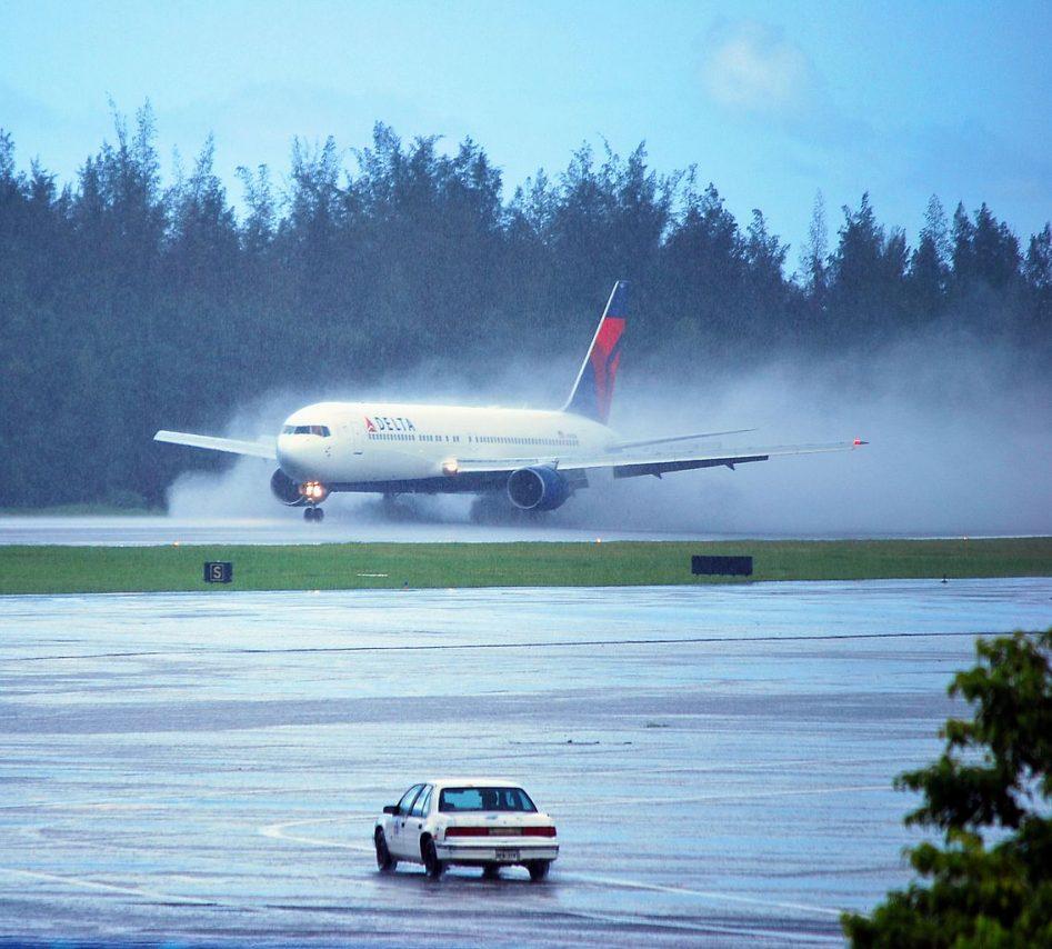 Delta Air Lines Boeing 767-332 N143DA - 1403 (cn 25991-721) Heavy Rain at San Juan - Luis Munoz Marin International (SJU : TJSJ) Puerto Rico