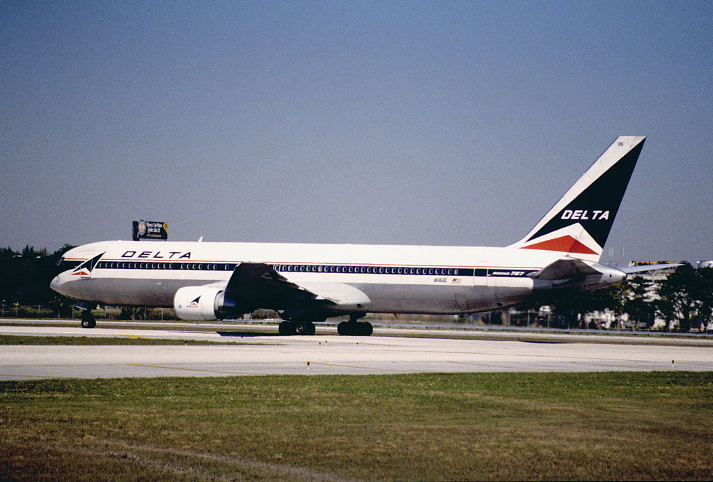 Delta Air Lines Boeing 767-332 Old Livery Aircraft N116DL @FLL 30.01.1998 Fort Lauderdale–Hollywood International Airport