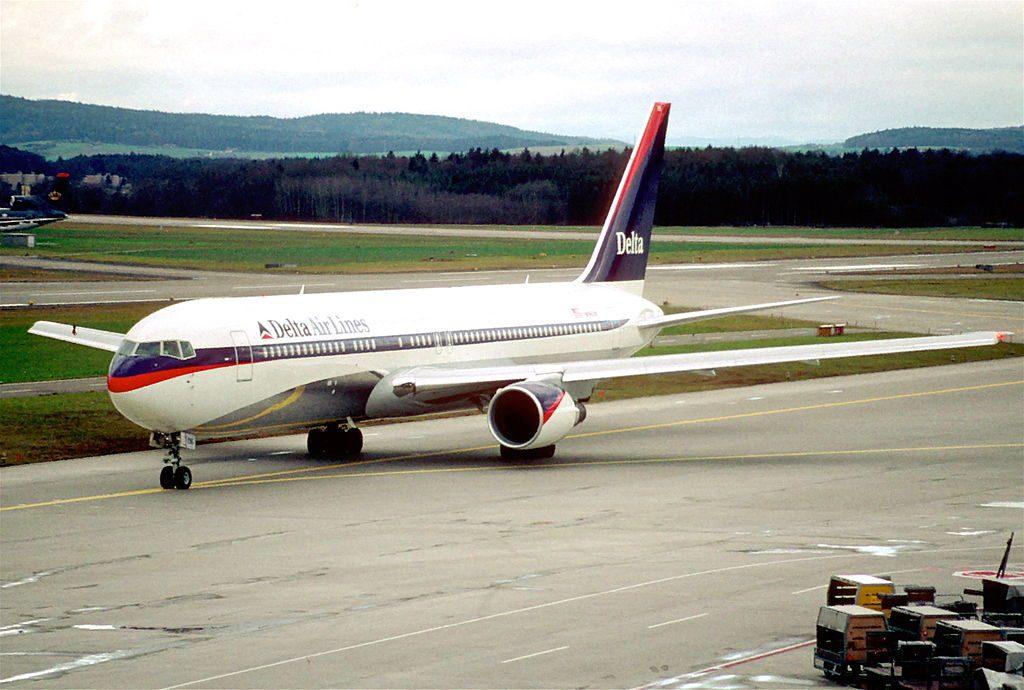 Delta Air Lines Boeing 767-332ER; N196DN @ZRH Zurich Kloten Airport Switzerland 26.12.1997