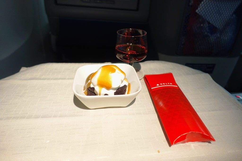 Delta Air Lines Boeing 767-400ER Business Class (DELTA ONE) inflight amenities services chocolate cake with ice cream for dessert