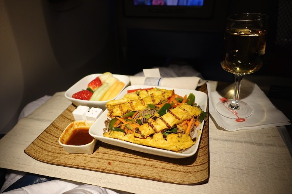Delta-Air-Lines-Boeing-767-400ER-Business-Class-DELTA-ONE-inflight-amenities-services-pre-landing-snack-chicken-with-Asian-noodles.jpg
