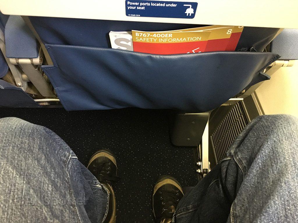 Delta-Air-Lines-Boeing-767-400ER-Premium-Economy-Comfort-seat-pitch-Photos-@SANspotter.jpg