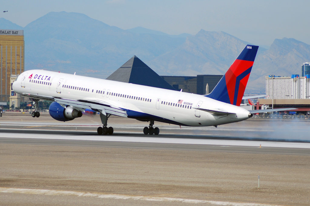 Delta Air Lines Fleet Boeing 757-300 N588NW Aircraft Landing Photos