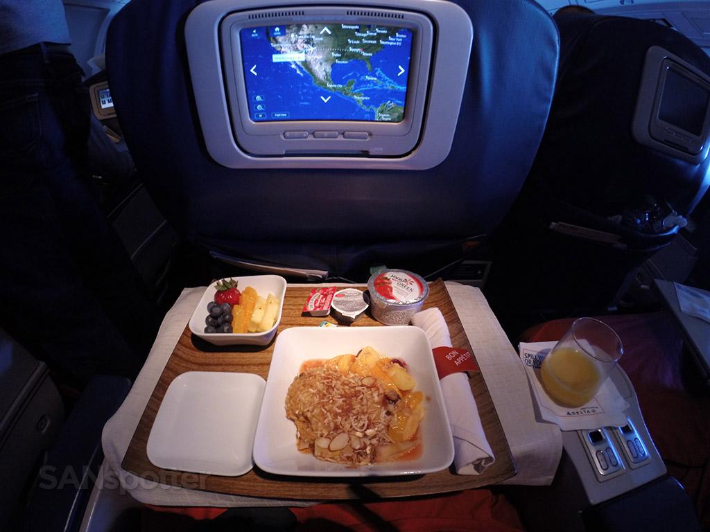 Delta-Air-Lines-Fleet-Boeing-767-300-domestic-first-class-inflight-amenities-meal-services-@SANspotter.jpg