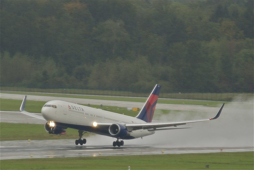 Delta Air Lines Fleet Boeing 767-300ER N172DZ @ZRH Leaving a wet Zurich for Atlanta