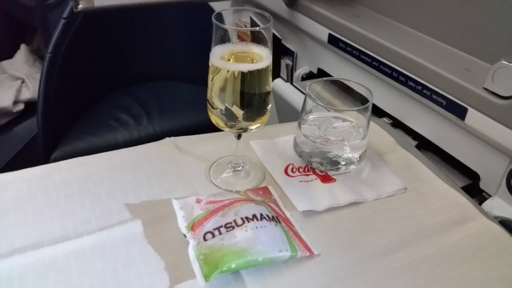 Delta Air Lines Fleet Boeing 777-200ER Business Elite Class (DELTA ONE) inflight beverages services champagne and rice crackers