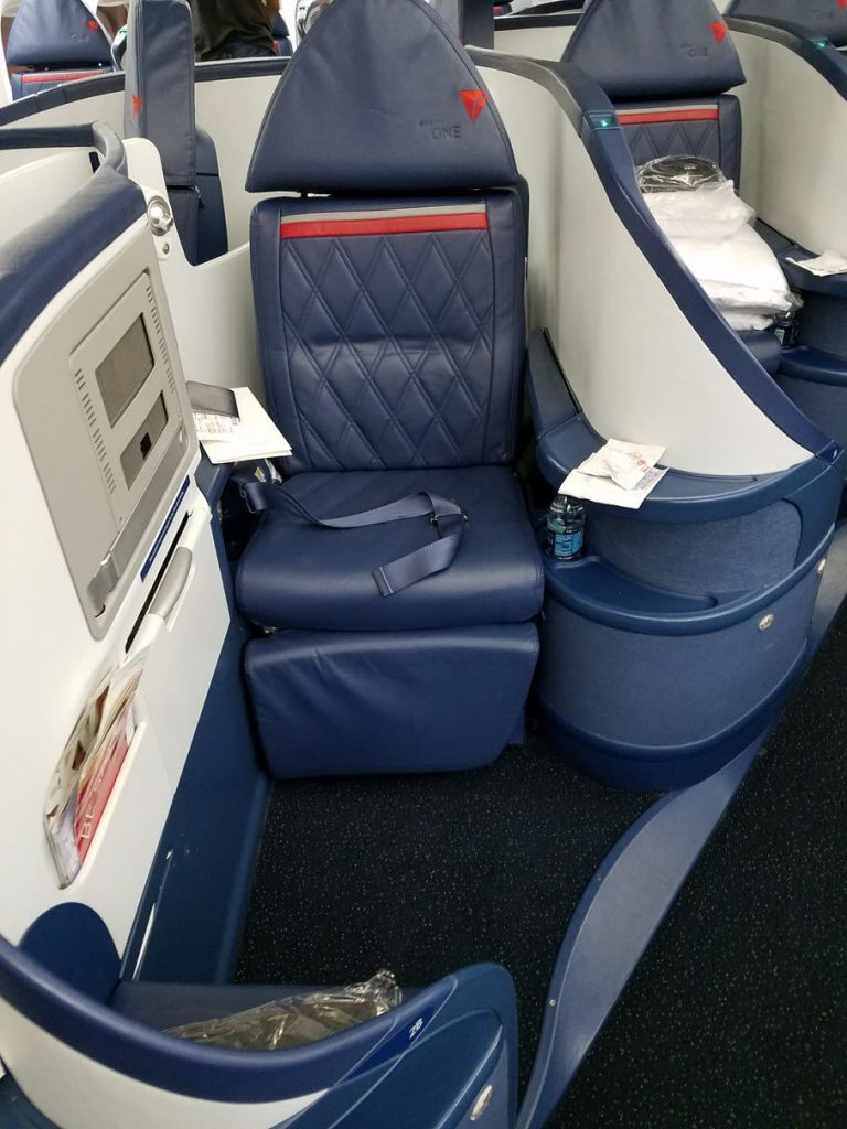 Delta Air Lines Fleet Boeing 777-200LR business elite:Delta ONE class private seats photos