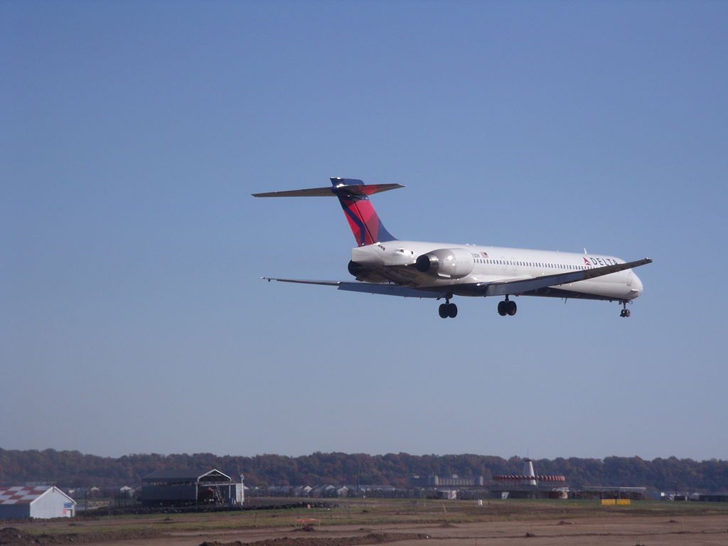 Delta Air Lines Fleet McDonnell Douglas MD-88 N923DN short final @DCA Ronald Reagan Washington National Airport