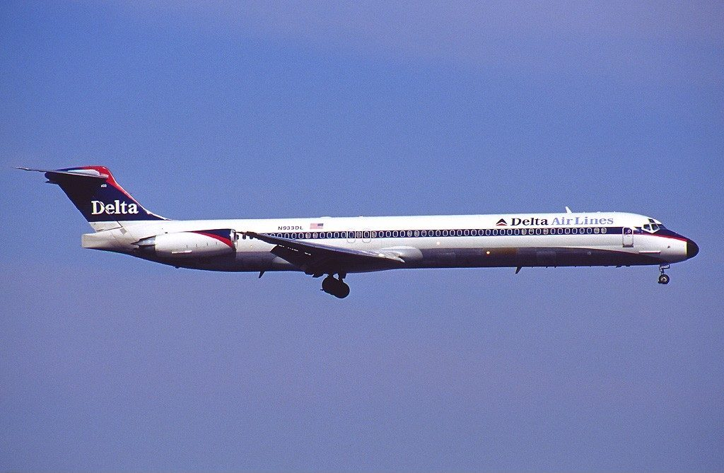 Delta Air Lines Fleet McDonnell Douglas MD-88 N933DL (retro livery colors) short final @EWR Newark Liberty International Airport