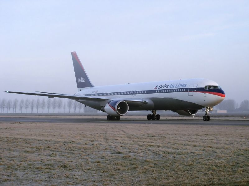 Delta-Air-Lines-Fleet-N1609-Boeing-767-332ER-cnserial-number-30574789-at-Amsterdam-schiphol-airport-EHAM-15-01-2005.jpg
