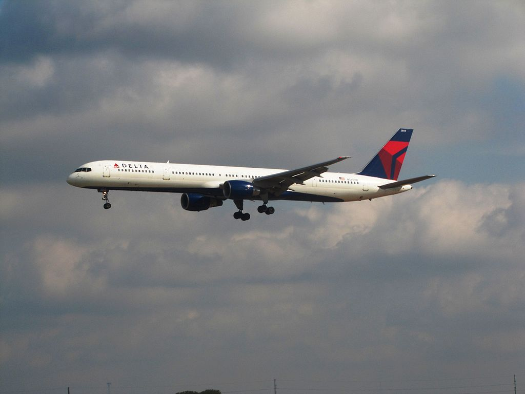 Delta Air Lines Fleet N589NW Boeing 757-300 Final Approach at Hartsfield-Jackson Atlanta International Airport