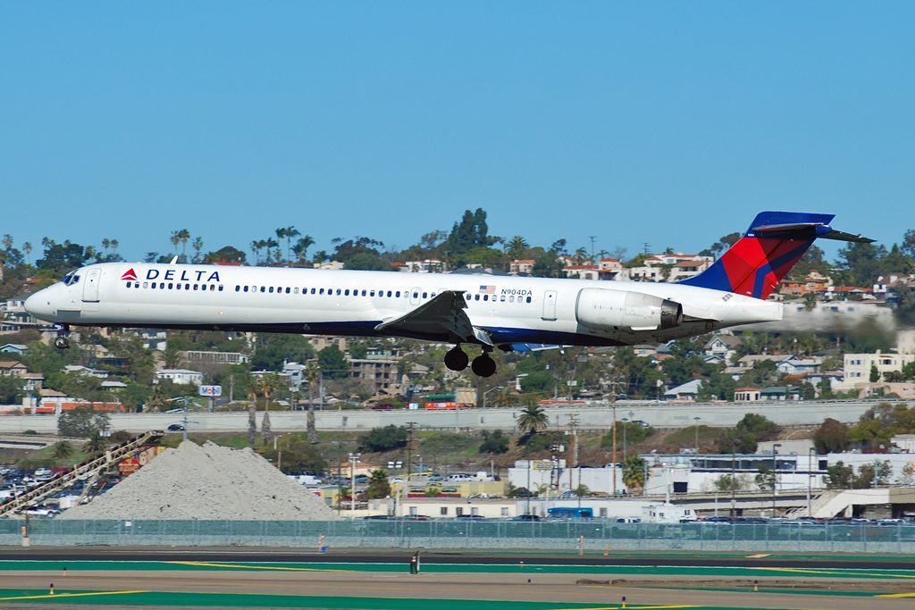 Delta Air Lines Fleet N904DA McDonnell Douglas MD-90-30 Regional Jet Medium range aircraft photos