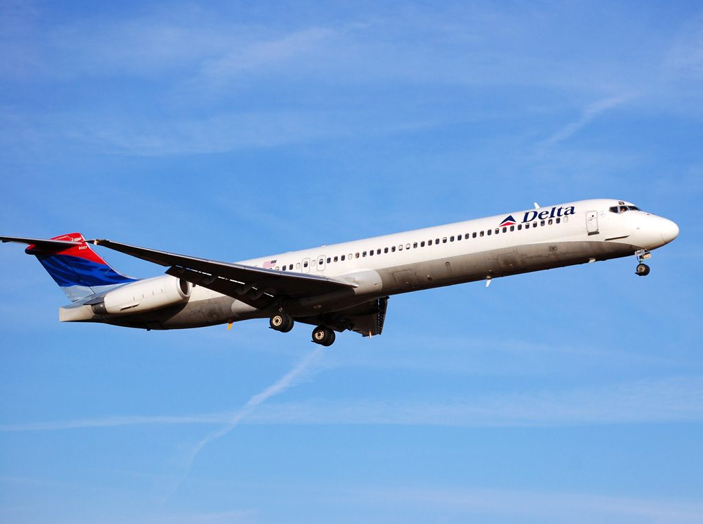 Delta Air Lines Fleet N907DE McDonnell Douglas MD-88 landing on 18R at Charlotte-Douglas International (CLT)