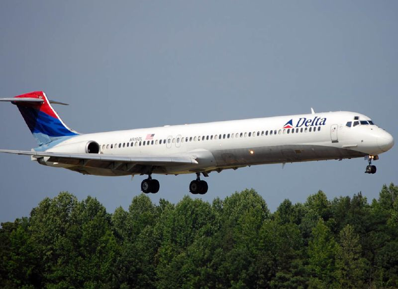 Delta Air Lines Fleet N907DE Reginal Jet McDonnell Douglas MD-88 on final approach at Charlotte-Douglas International (CLT)