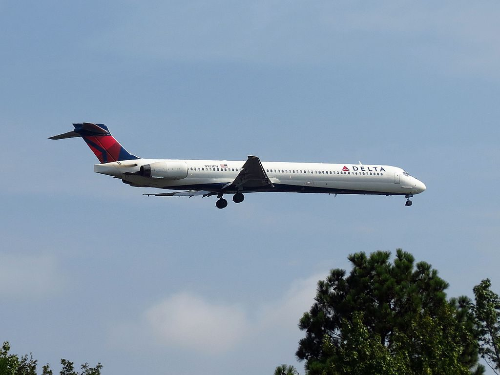 Delta Air Lines Fleet N923DN McDonnell Douglas MD-90-30 on short final at Hartsfield-Jackson Atlanta International Airport