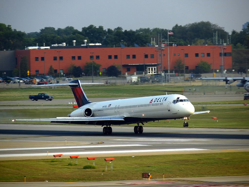 Delta Air Lines Fleet N975DL McDonnell Douglas MD-88 landing and take off Minneapolis-Saint Paul International Airport