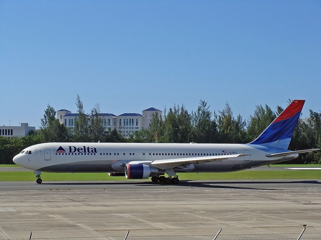 Delta Air Lines Fleet Widebody Aircraft Boeing 767-332 N126DL (cn 24076-201) at San Juan - Luis Munoz Marin International (SJU : TJSJ) Puerto Rico, 2009