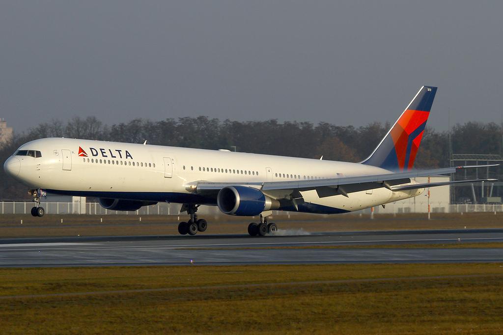 Delta Air Lines N834MH Boeing 767-432:ER asymmetric touchdown at Frankfurt Airport (FRA : EDDF)