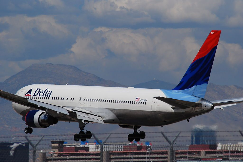 Delta Air Lines Old Aircraft Fleet Boeing 767-332 N132DN cn:serial number- 24981:345 Landing Photos