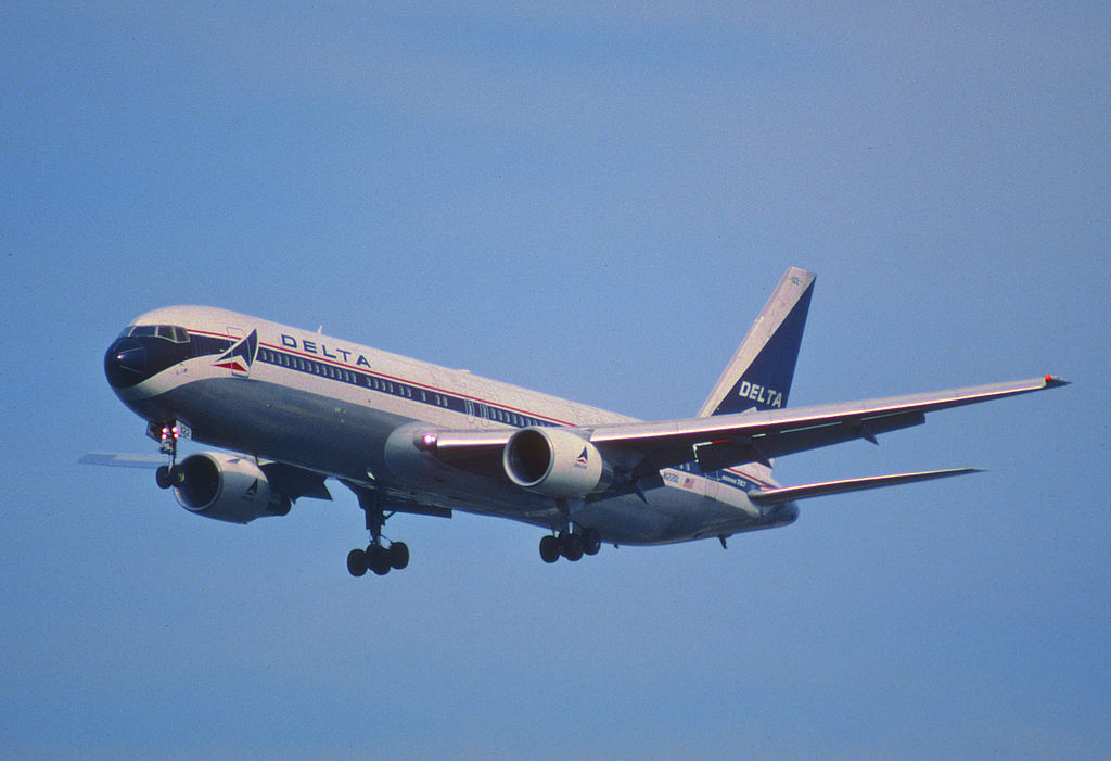 Delta Air Lines Old Aircraft Fleet Boeing 767-332 Retro Livery Colors; N122DL @FLL 30.01.1998 Fort Lauderdale–Hollywood International Airport