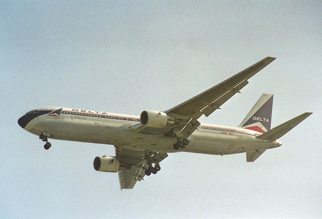 Delta Air Lines Old Aircraft Fleet Boeing 767-332 Retro Livery Colors N122DL Final Approach @LAX Airport 31.07.1995