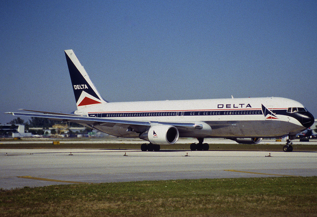 Delta Air Lines Old Aircraft Livery Boeing 767-332 N117DL @FLL Fort Lauderdale–Hollywood International Airport 30.01.1998