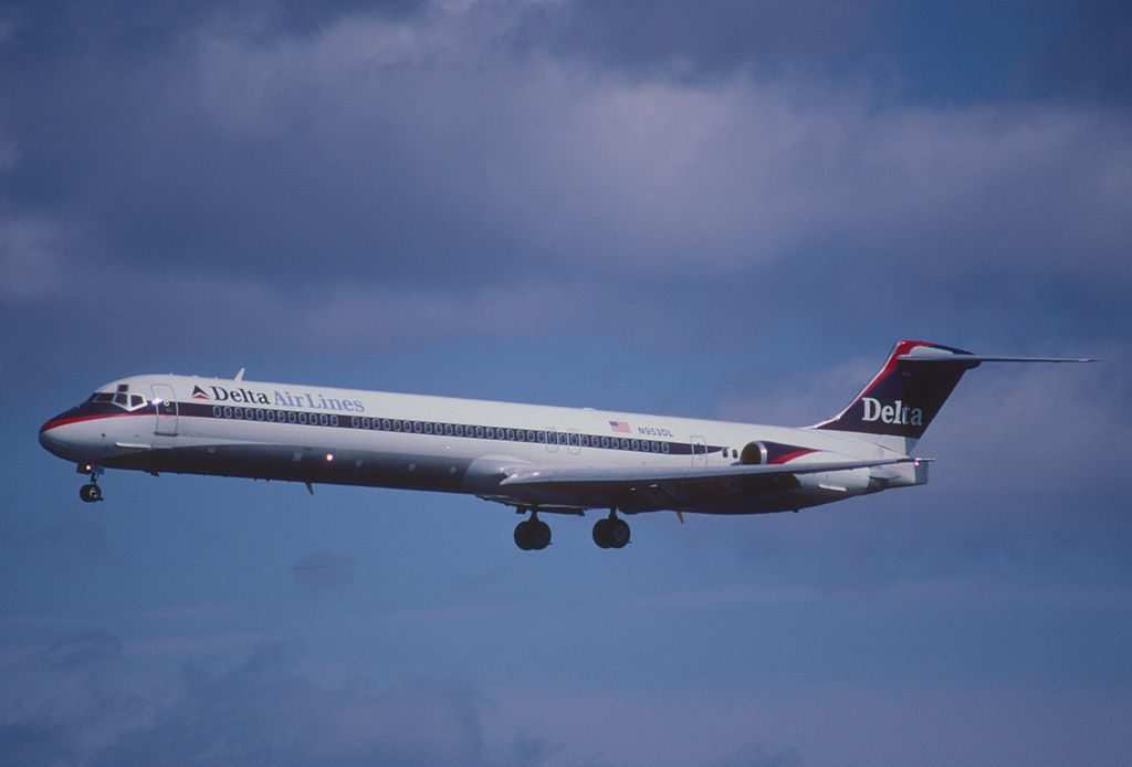Delta Air Lines Regional Jet Fleet N953DL McDonnell Douglas MD-88 (old retro livery colors) short final LaGuardia Airport (LGA)