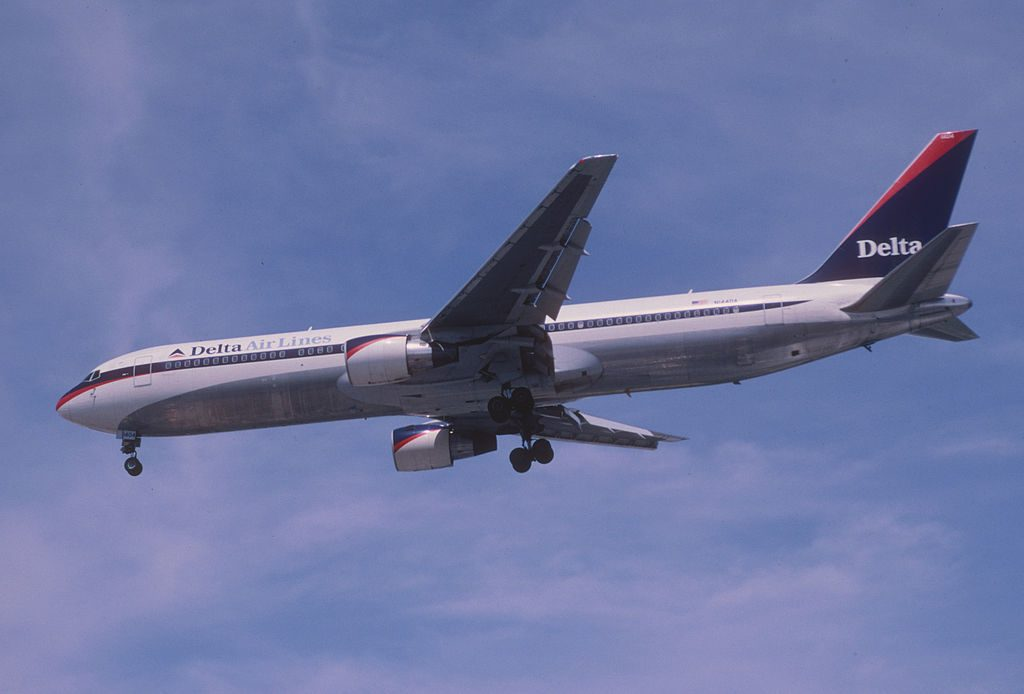 Delta Air Lines Retro Livery Colors Boeing 767-332, N144DA Final Approach before landing @LAS Airport