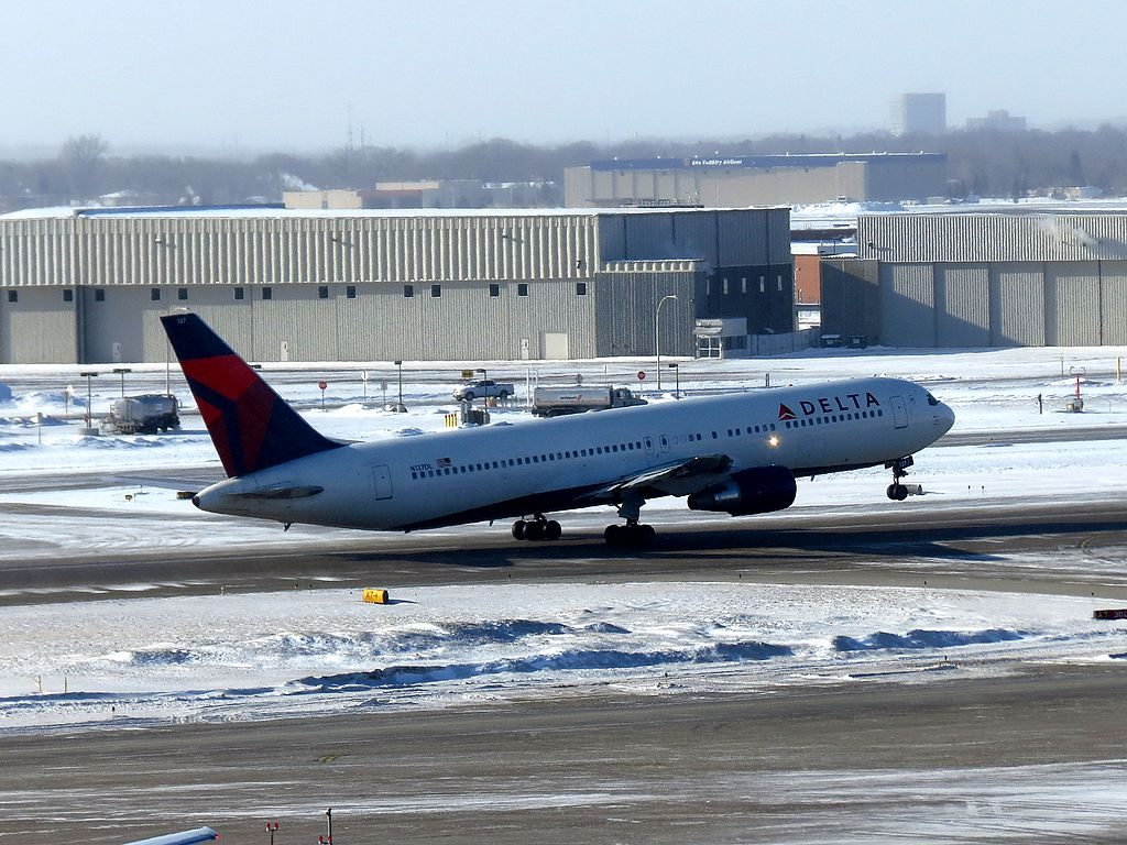 Delta Air Lines Widebody Aircraft N137DL Boeing 767-300 Minneapolis-Saint Paul International Airport
