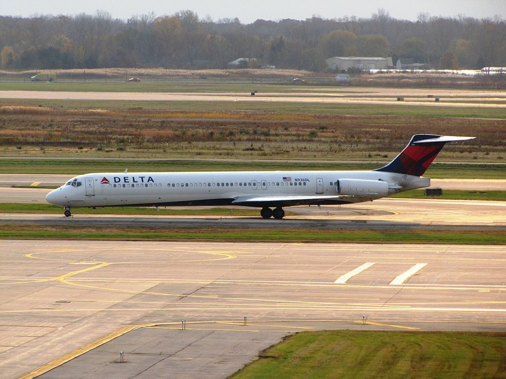 McDonnell Douglas MD-88 of Delta Air Lines N936DL taxiing at Detroit Metropolitan Wayne County Airport