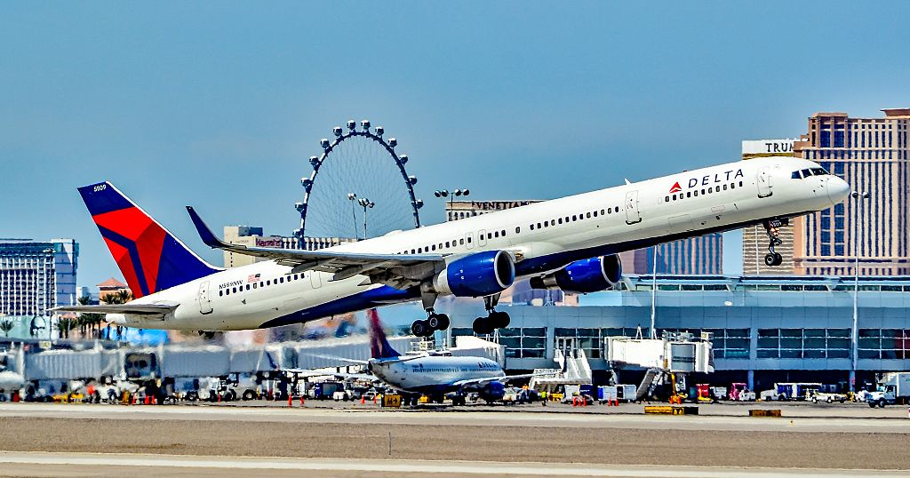 N589NW Delta Air Lines 2003 Boeing 757-351 - cn 32989 - 1025 take off Las Vegas - McCarran International Airport (LAS : KLAS) USA - Nevada