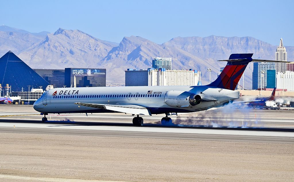 N933DN Delta Air Lines Mcdonnell Douglas MD-90-30 landing at Las Vegas - McCarran International (LAS : KLAS) USA - Nevada