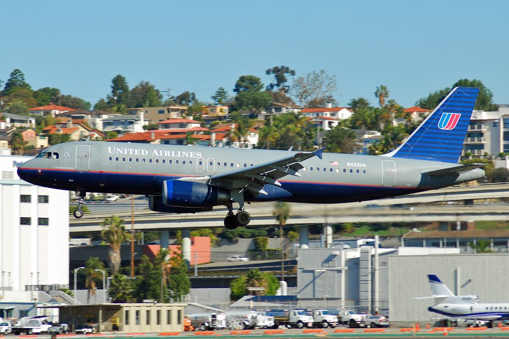 Narrow Body Aircraft Airbus A320-200 of United Airlines N432UA at San Diego International Airport