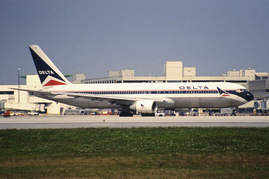 Old Livery Aircraft Delta Air Lines Fleet Boeing 767-300 N121DE @MIA Miami Internaional Airport 31.01.1998