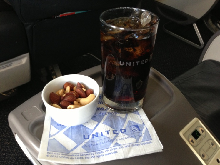 United Airlines Airbus A319-100 Business Class (Domestic First:United First) Inflight Amenities Snack and Drink Services Photos
