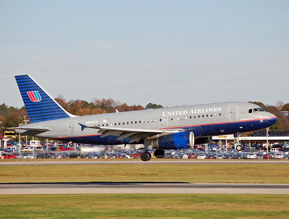 United Airlines Airbus A319-131 N825UA at Charlotte Douglas International Airport