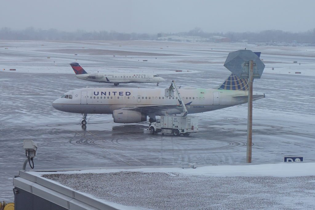 United Airlines Airbus A319 N828UA and Delta Connection Bombardier CRJ100 N783CA at Minneapolis–Saint Paul International Airport in Hennepin County, Minnesota (United States)