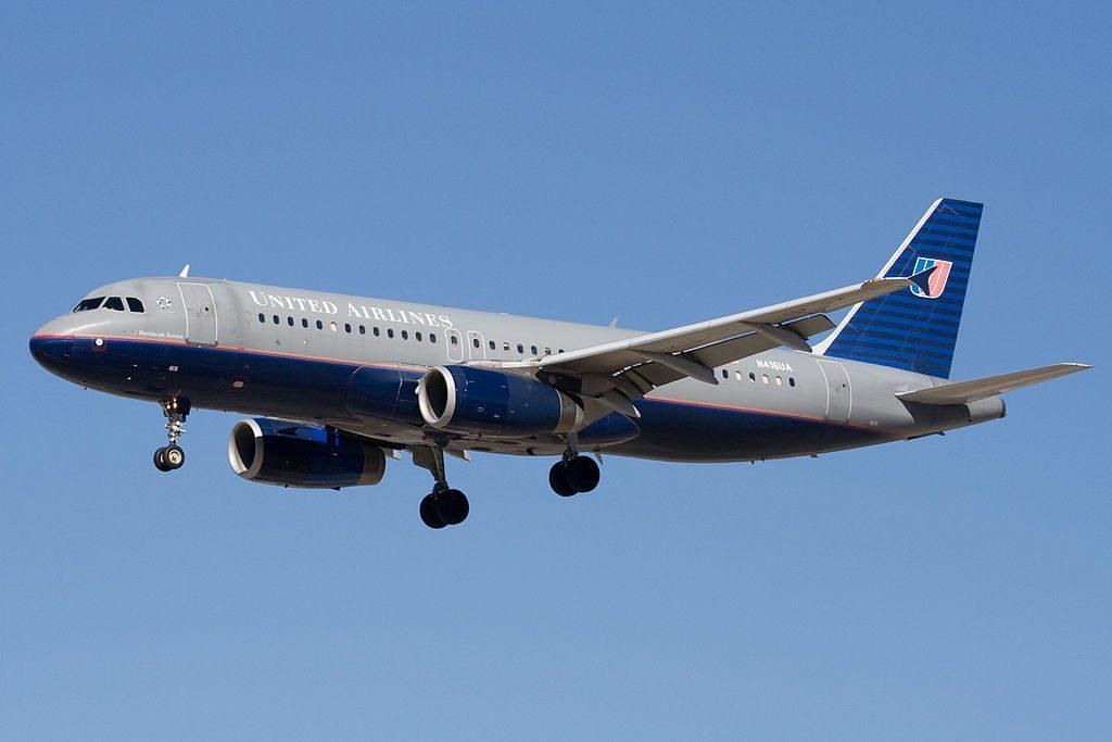 United Airlines Aircraft Airbus A320-200 (N416UA) landing at San Jose International Airport