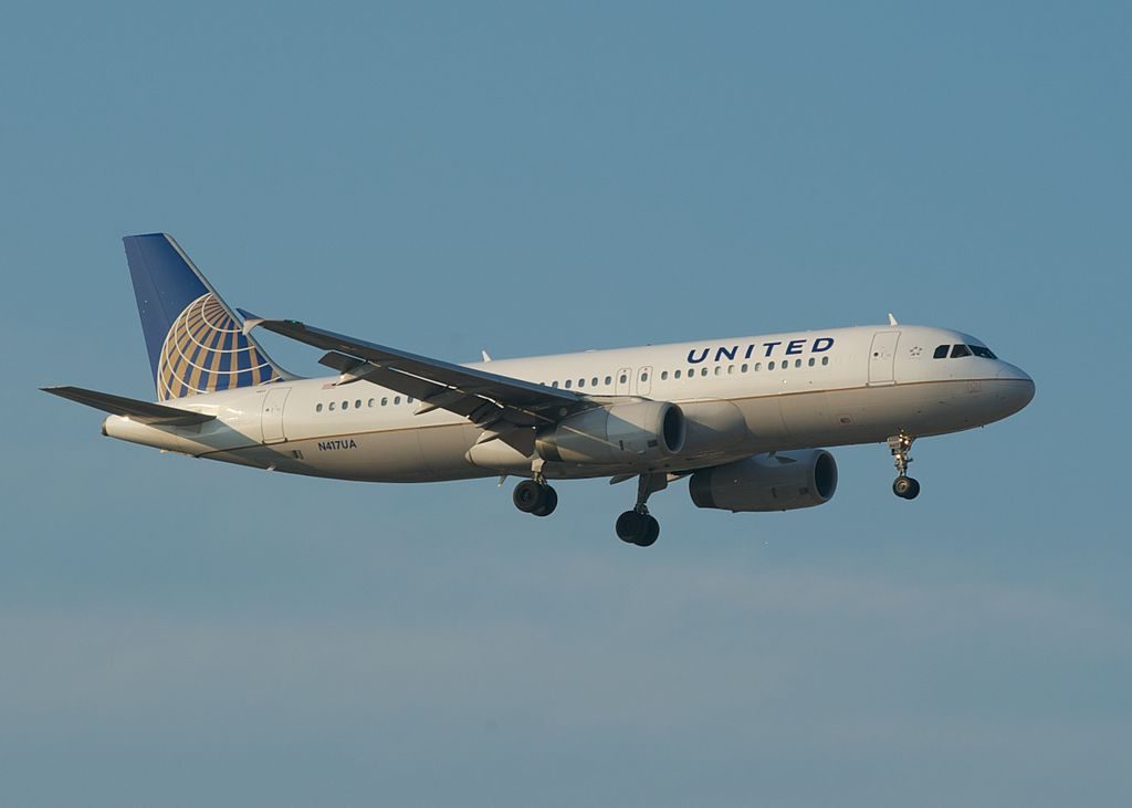 United Airlines Aircraft Fleet Airbus A320-232; N417UA Landing Runway 14R, ORD O'Hare International Airport